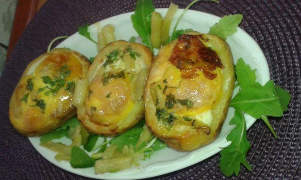 Łódeczki ziemniaczane z fasolką,jajkiem na rukoli