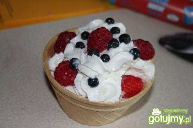 Lodowy pucharek z owocami