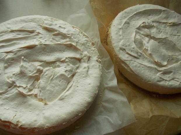 Lodowy tort bezowy z truskawkami