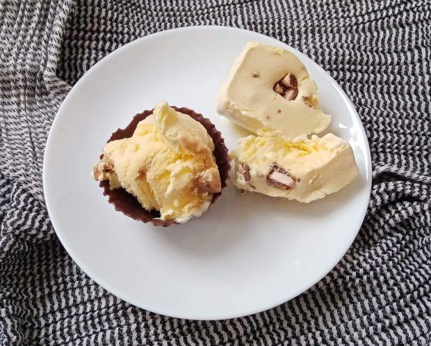 Lody śmietankowe z kawałkami czekolady i kajmakiem