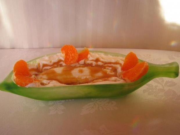 Lody z bananem i sosem karmelowym