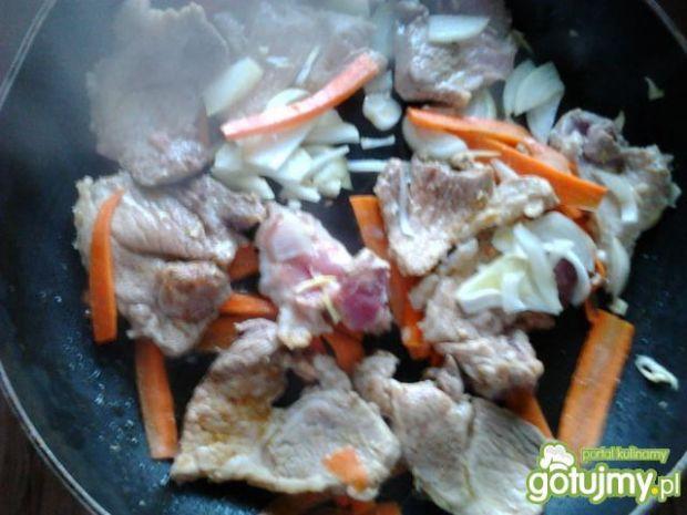 Łopatka w sosie śmietanowym z makaronem