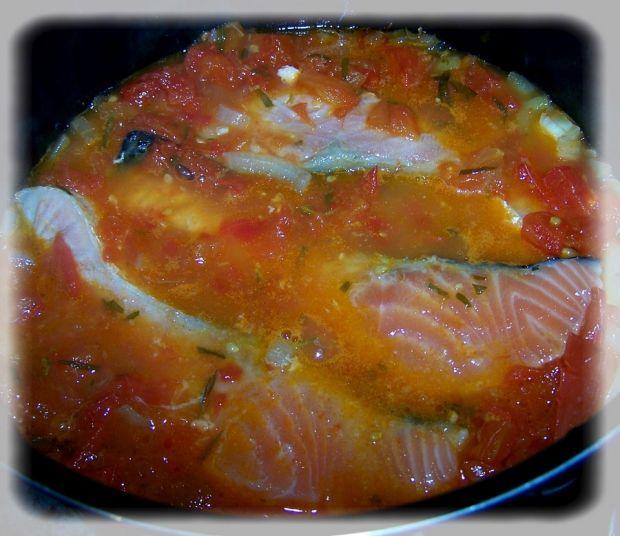 Łosoś duszony w pomidorach
