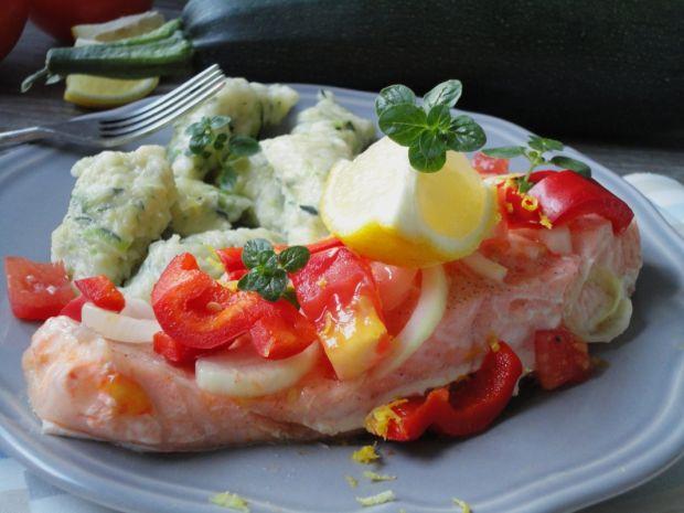 Łosoś pieczony z pomidorami i papryką