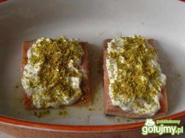 Łosoś pod serowo-pistacjowa kolderka