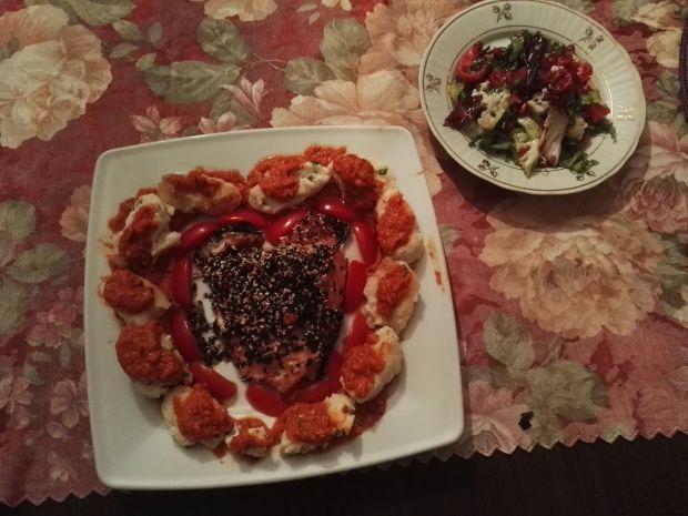 Łosoś w sezamie z gnocchi w pomidorowym musie