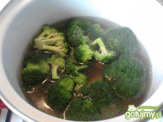 Łosoś w sosie cytrynowym z brokułami