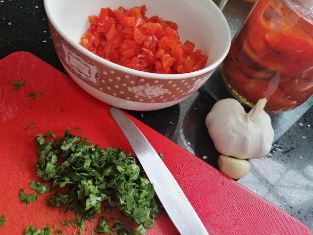 Łosos w sosie harissa z ziołowym puree