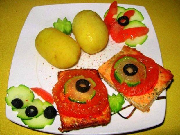 Łosoś z pomidorem i cukinią
