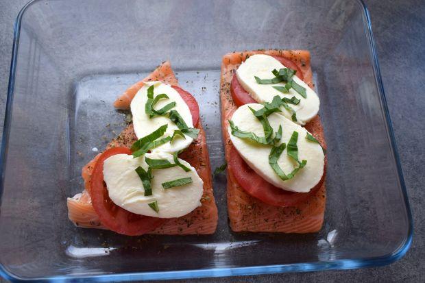 Łosoś zapiekany z pomidorem i mozzarellą