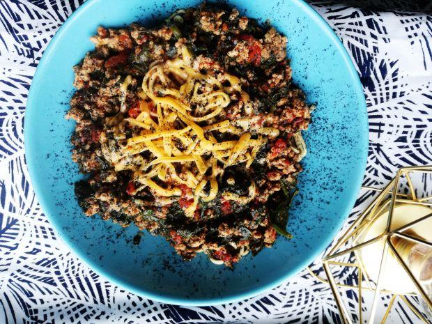 Makaron Chow Mein z indykiem i szpinakiem