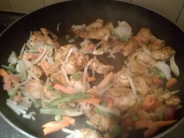 Makaron chow mein z kurczakiem