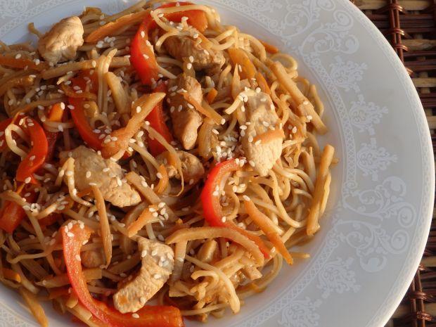 Makaron chow mein z kurczakiem i warzywami