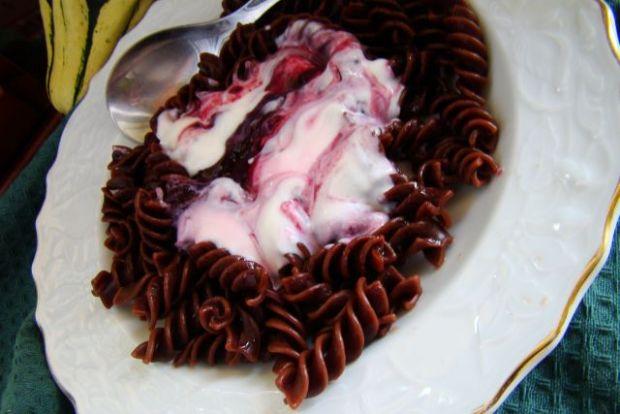 Makaron czekoladowy z jogurtem i borówkami