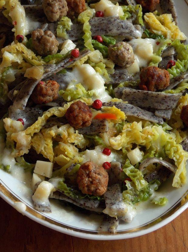 Makaron gryczany z kapustą włoską i pulpecikami