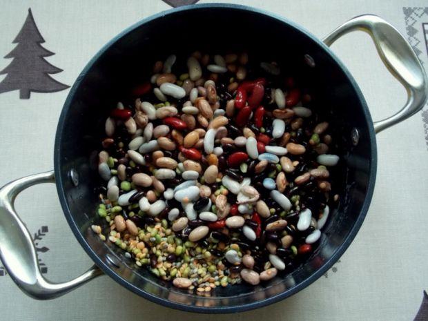 Makaron kolanka z warzywami strączkowymi