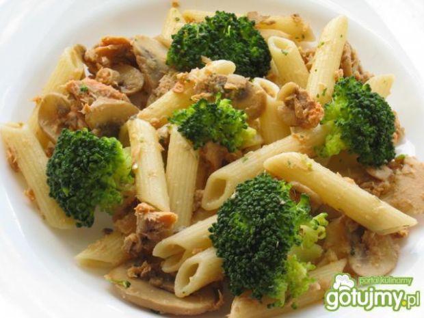 Makaron lososiowo-pieczarkowo-brokulowy