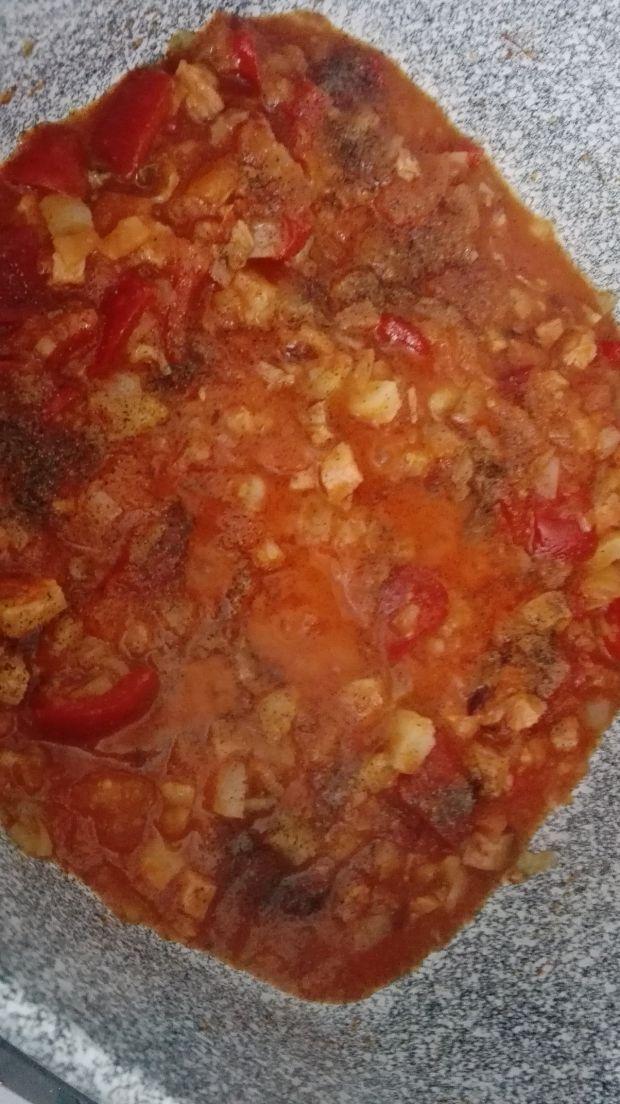 Makaron pappardelle z sosem pomidorowo-paprykowym