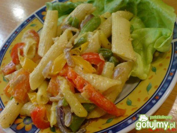 Makaron rurki z warzywami z patelni