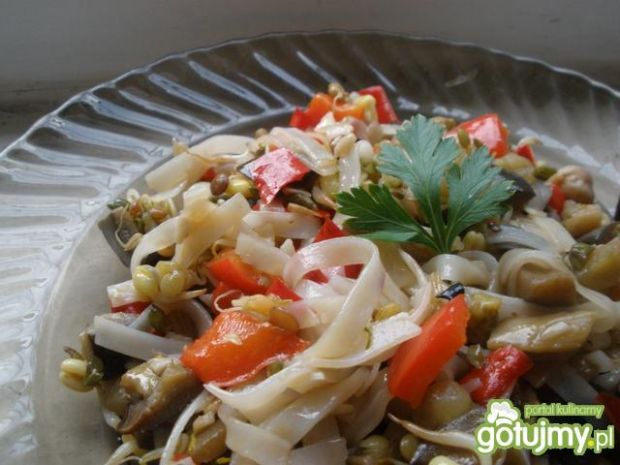 Makaron ryżowy z bakłażanem i kiełkami