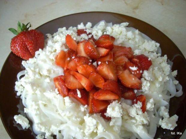 Makaron ryżowy z truskawkami