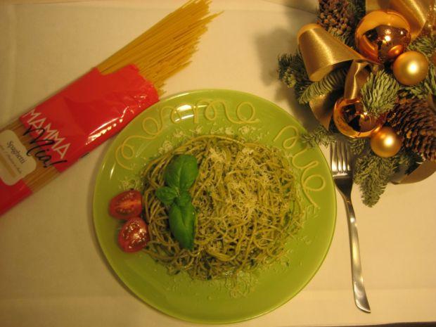 Makaron spaghetti z bazyliowym pesto