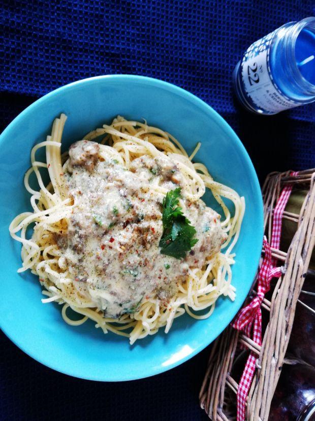 Makaron spaghetti z sosem pieczarkowo-czosnkowym