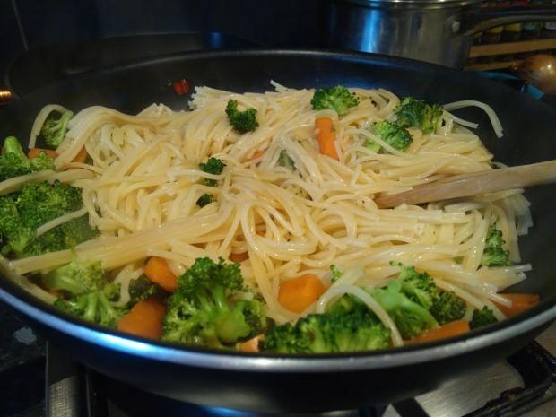 Makaron spaghetti z warzywami
