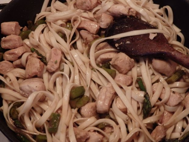 Makaron udon z kurczakiem i szparagami
