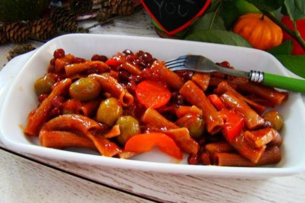 Makaron w sosie pomidorowym z oliwkami i fasolką