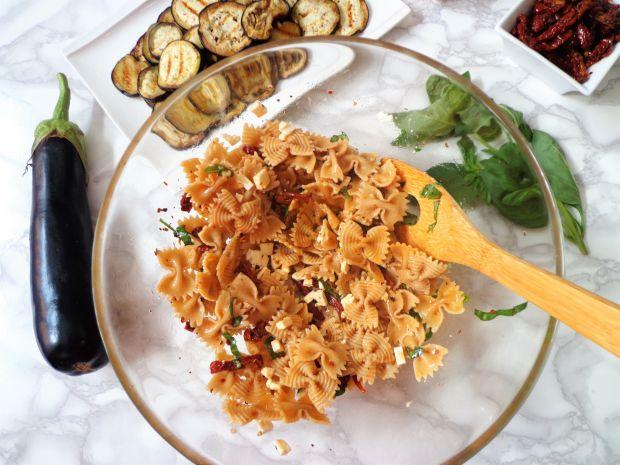 Makaron z bakłażanem, suszonymi pomidorami i fetą