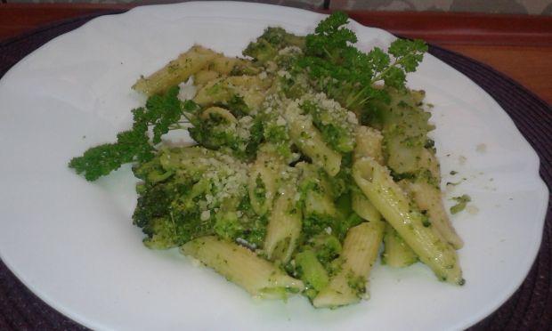 Makaron z brokułami obsypany  serem
