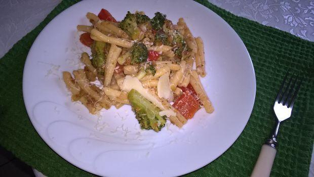 Makaron z brokułami, papryką i pesto