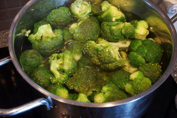 Makaron z brokułem, boczkiem i orzechami