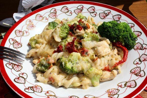 Makaron z brokułem i kurczakiem z paprykową nutą