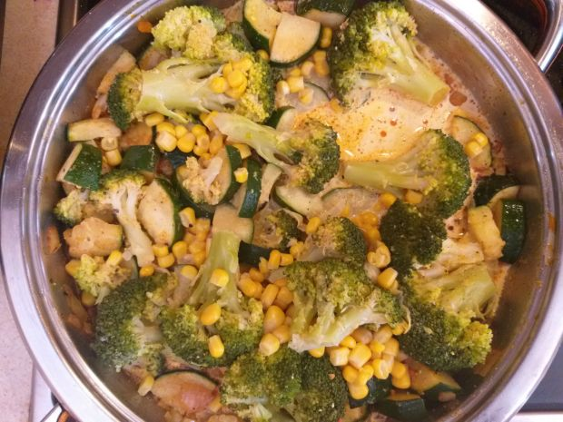 Makaron z cukinią i brokułem w sosie śmietanowym