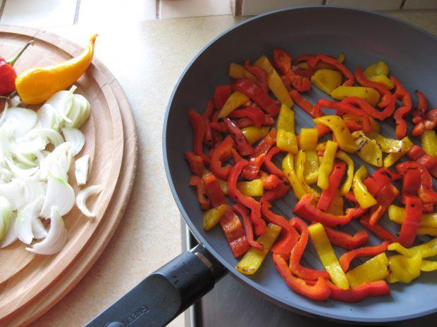 Makaron z grillowanymi warzywami i szynką