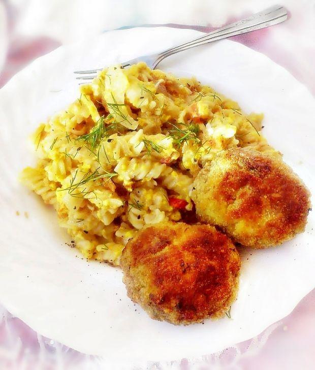Makaron z jajkiem, pomidorem i prażoną cebulką