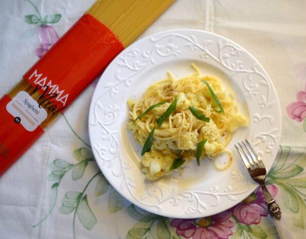 Makaron z kalafiorem, anchois i winogronami
