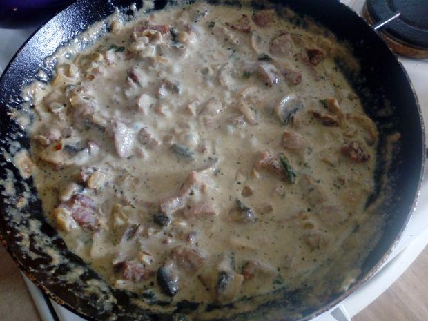 Makaron z kiełbasą, pieczarkami i szparagami