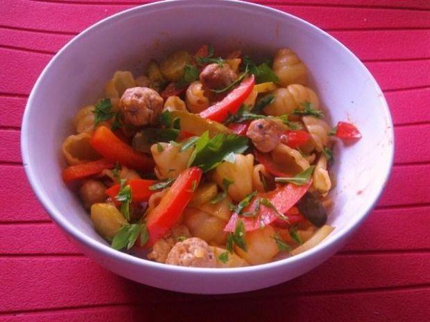 Makaron z klopsikami i warzywami