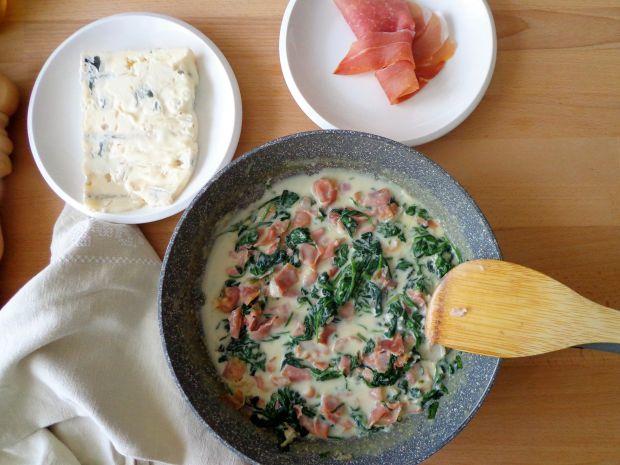 Makaron z kremowym sosem z gorgonzoli i szpinaku