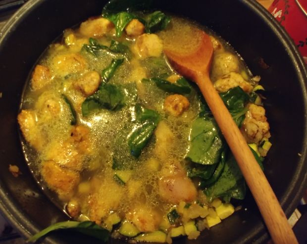 Makaron z kurczakiem curry, cukinią i szpinakiem