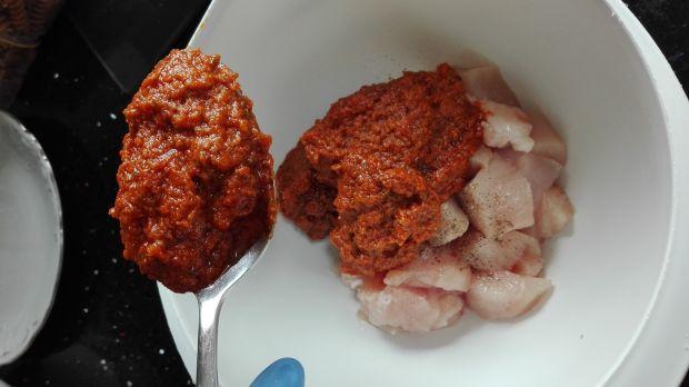 Makaron z kurczakiem w czerwonym pesto