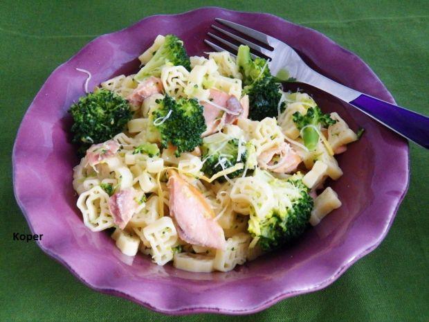 Makaron z łososiem i brokułami