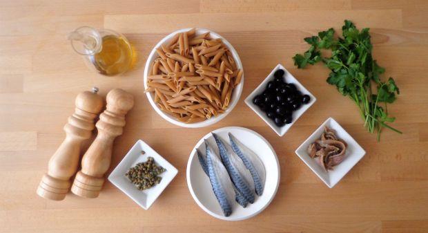 Makaron z makrelą, oliwkami, anchois i kaparami