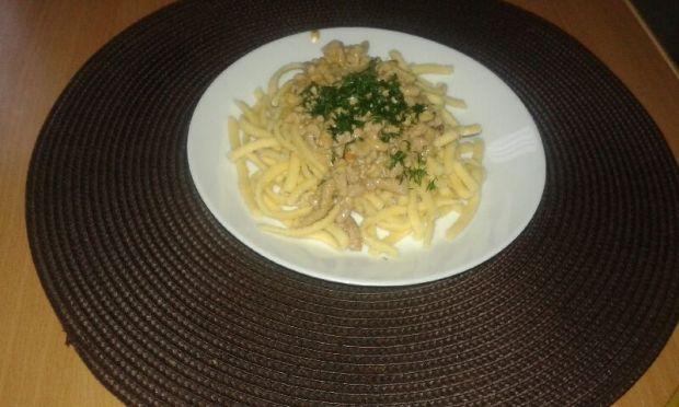 Makaron z mięsem mielonym i pysznym sosem serowym