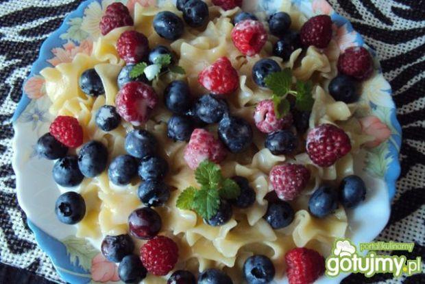 Makaron z owocami i sosem waniliowym