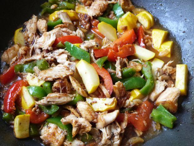 Makaron z papryką i mięsem