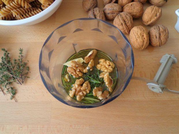 Makaron z pesto orzechowo-ziołowym